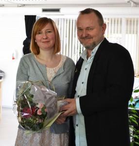 pernille-faar-overraekt-bevis-og-blomster-web